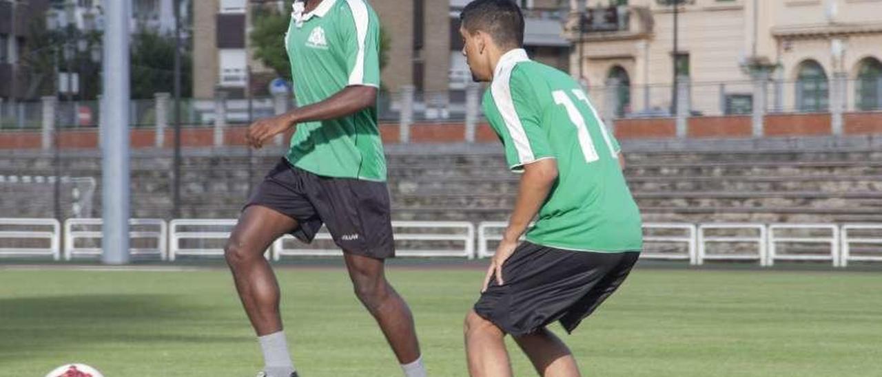 Maoudo Diallo Ba, a la izquierda, en un entrenamiento reciente con el Universidad.