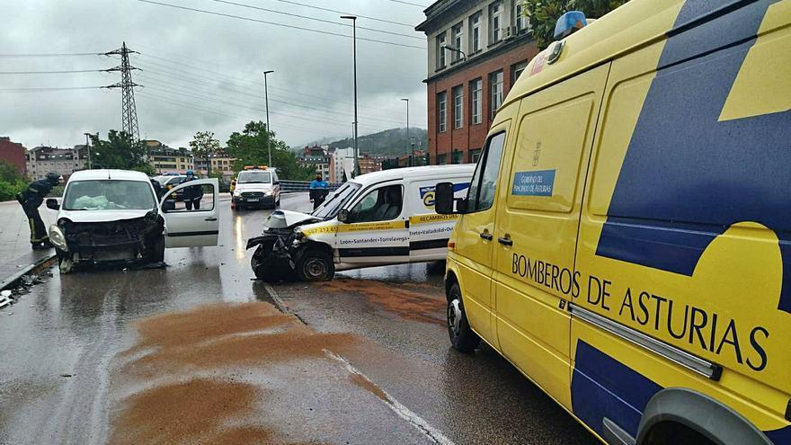 Tres heridos leves al chocar frontalmente dos furgonetas en Langreo