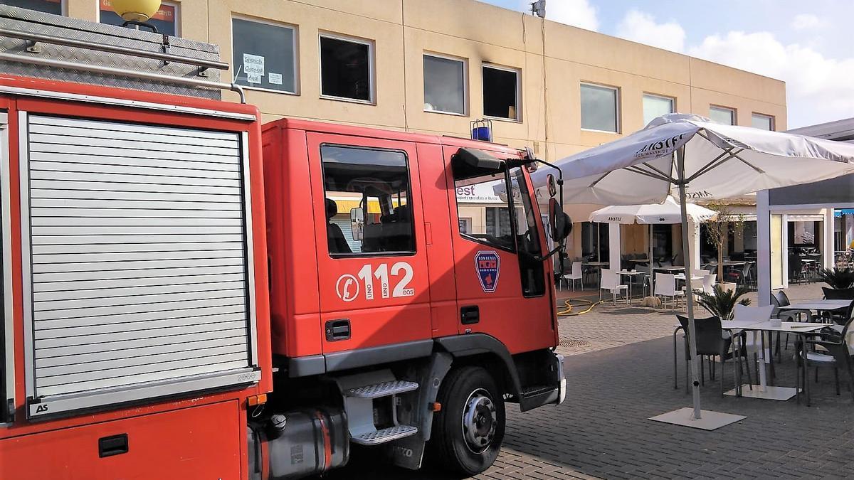Bomberos acuden a sofocar las llamas en un restaurante de Camposol