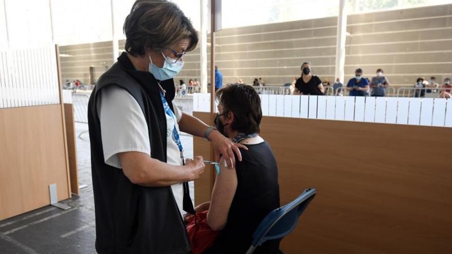 El Sergas buscará facilitar la vacuna a los gallegos que veraneen en Galicia