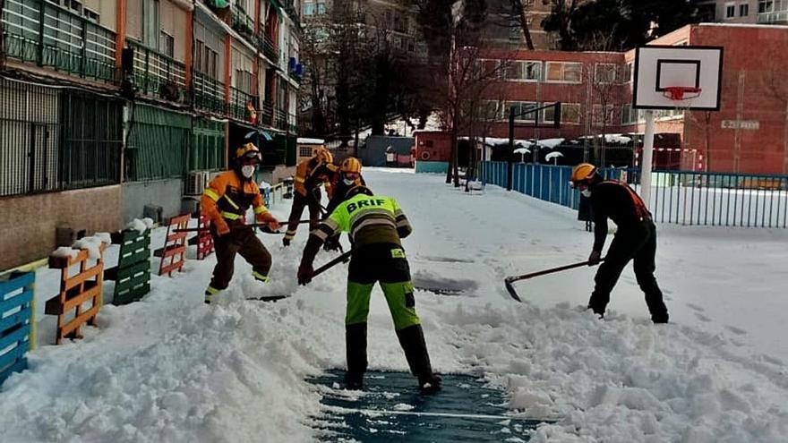 El Ministerio de Teresa Ribera manda a la BRIF de Tineo a quitar nieve en Madrid