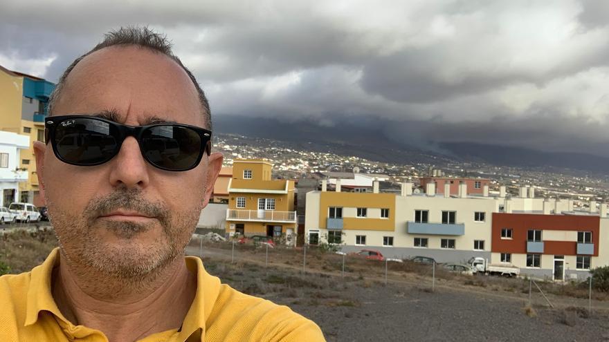 """Los asturianos que viven en La Palma y ven el volcán desde la ventana: """"La lava baja cerca y hay mucha ceniza"""""""