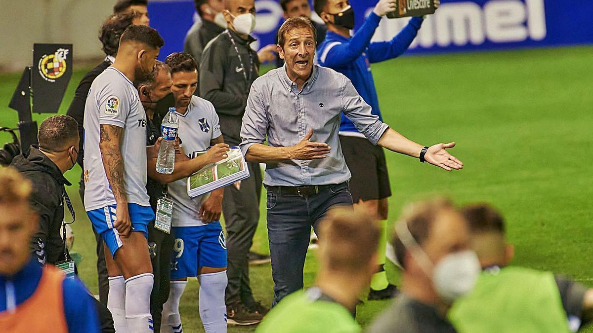 Luis Miguel Ramis hace un gesto mientras su ayudante da instrucciones a Alberto y Nono durante el Tenerife-Sporting.