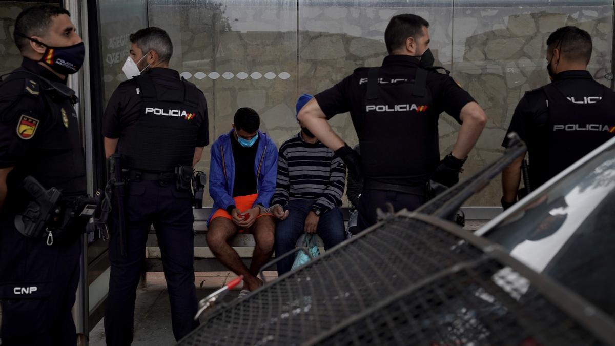 Detenidos decenas de migrantes en Ceuta para identificarlos y hacerles PCRs