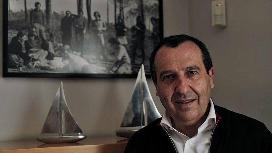 El líder provincial del PSOE, José Luis Ruiz Espejo, posa en su despacho junto a 'la foto de la tortilla'.