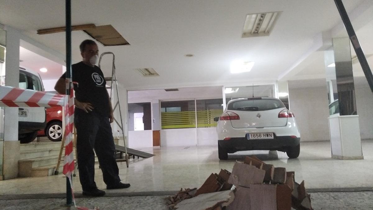 Juan Manuel Medina, ayer con los cascotes que le cayeron en la zona abierta al público en su concesionario de coches.