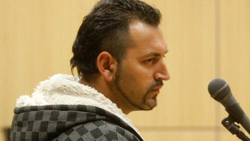 Un condenado por prender fuego a su ex lleva un mes huido con su hijo de 5 años