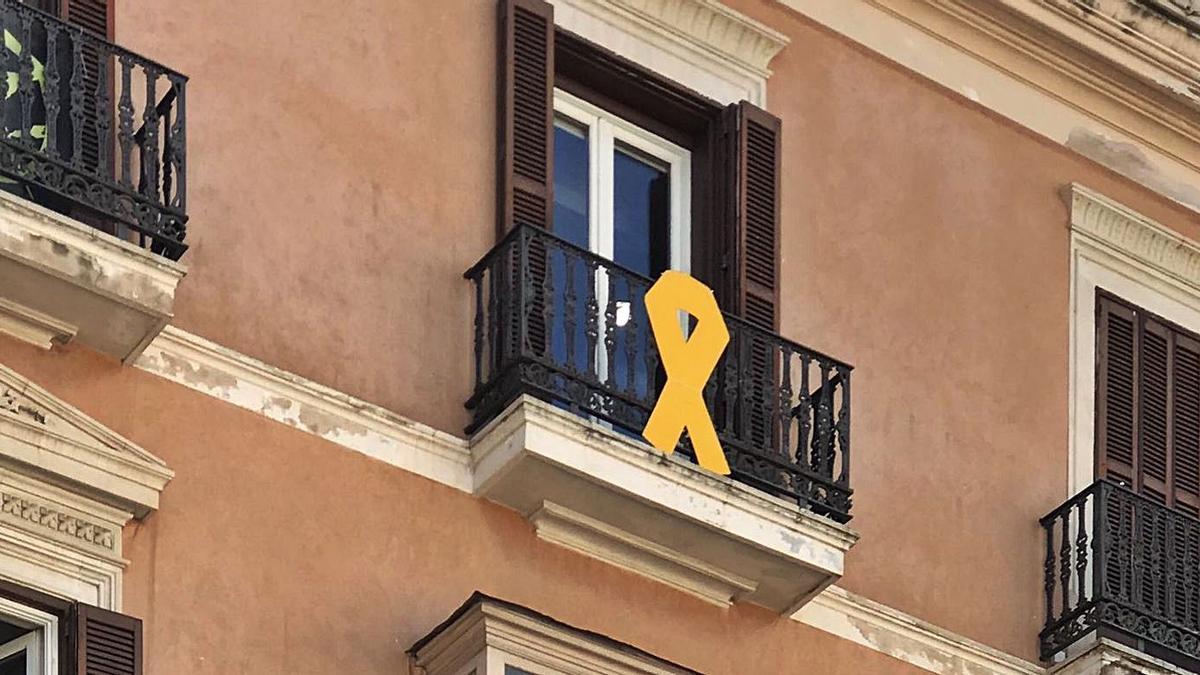 Imagen del lazo amarillo colocado por Més en el balcón de su grupo parlamentario.