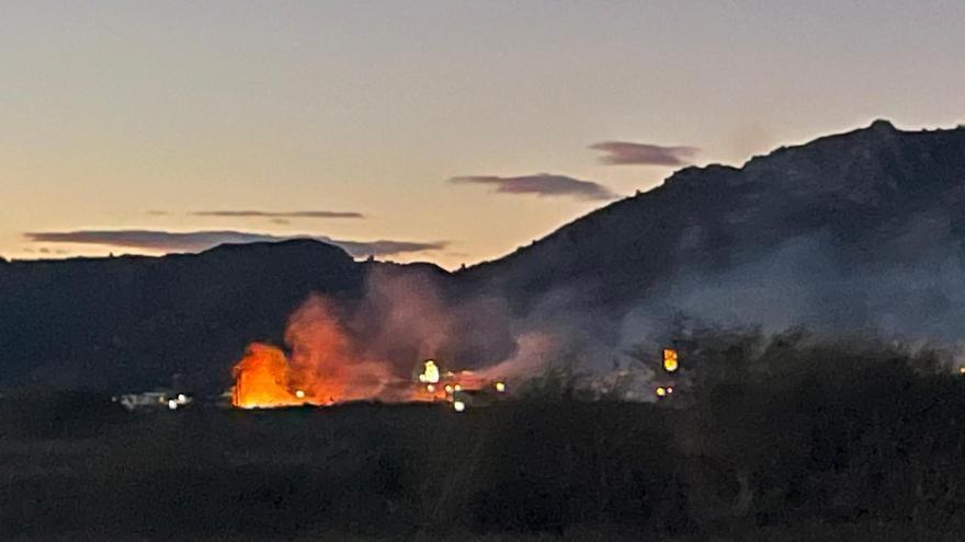 Extinguido el incendio en el lecho del río Girona en Sanet i Negrals