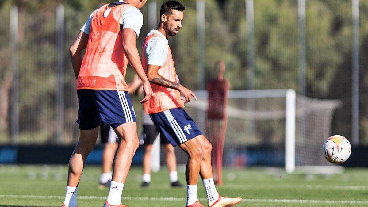 Brais Méndez y Iago Aspas, de espaldas, durante el entrenamiento matinal de ayer en Mos. |  // RC CELTA