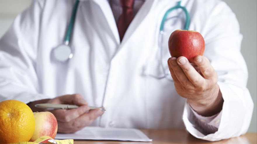 Una alimentación e hidratación adecuada y el ejercicio regular ayudan a reforzar el sistema inmunitario