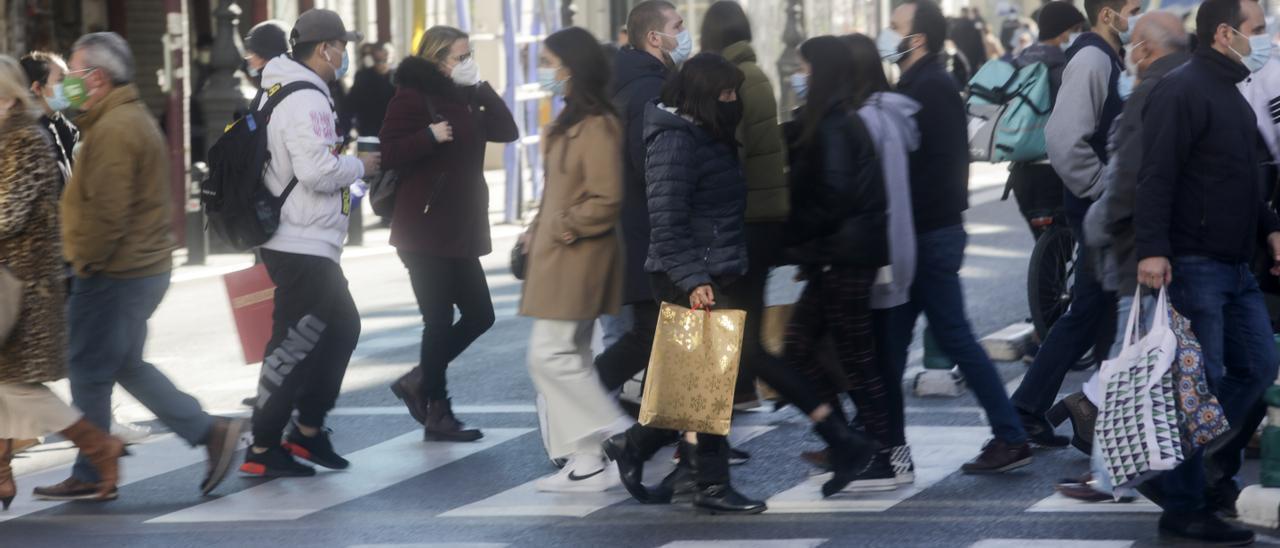 Aglomeraciones en las tiendas del centro de València por las compras de Navidad