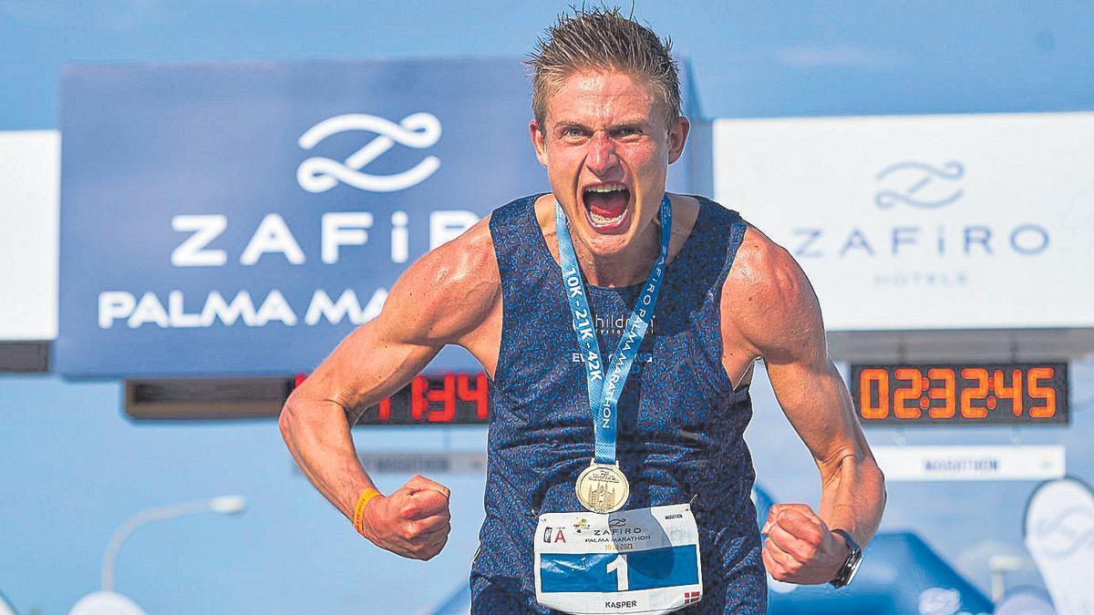 Kasper Laumann, eufórico tras cruzar la meta y recibir su medalla de campeón.