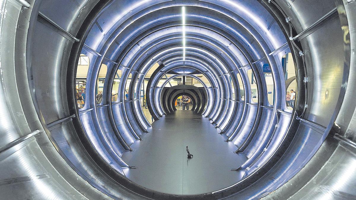 Interior del fuselaje de un avión construido de una sola pieza en la factoría de la empresa MTorres.