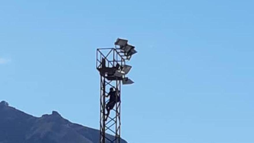 En Garachico alucinan: escalan una torreta en cholas para sentarse a comer