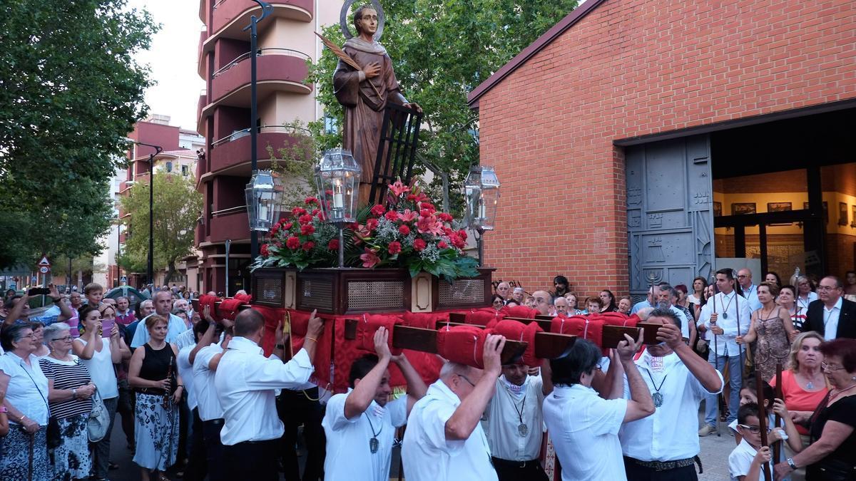 Vecinos de Los Bloques en la procesión de San Lorenzo