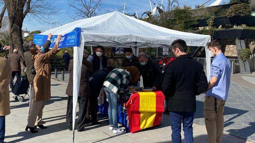 El PP de Madrid reacciona a los disturbios recogiendo firmas de apoyo a la Policía
