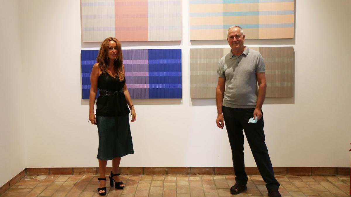 Marian Aguilar y Manuel Méndez Parra, ante algunas de las obras.