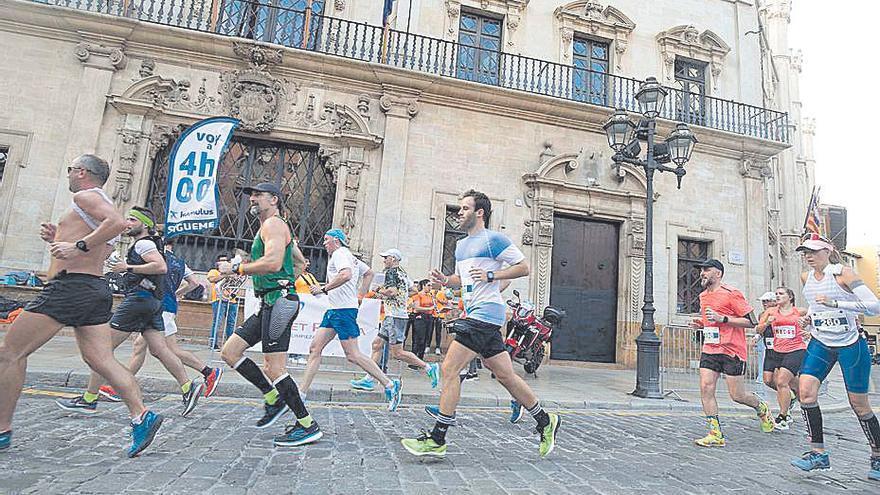 Varios corredores pasan por la plaça de Cort.