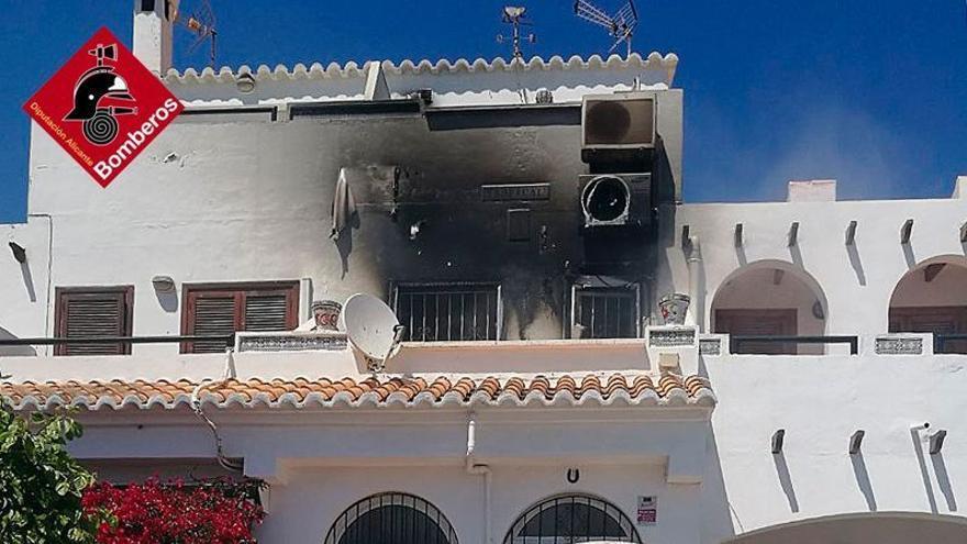 Intervención de los Bomberos en el incendio que ha calcinado un primer piso de una vivienda adosada en la Avenida de Torreblanca en Torrevieja