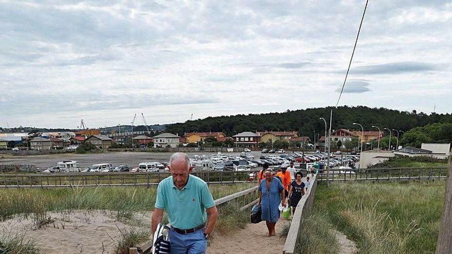 La arena engulle las pasarelas en San Juan
