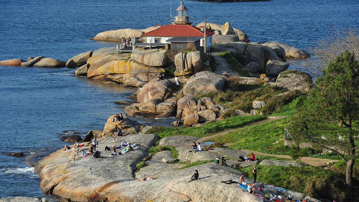 Gente disfruta de un día soleado en la Illa de Arousa