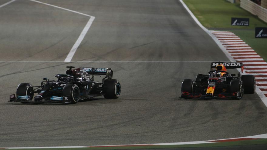 Hamilton bate a Verstappen y reina en el GP de Bahréin