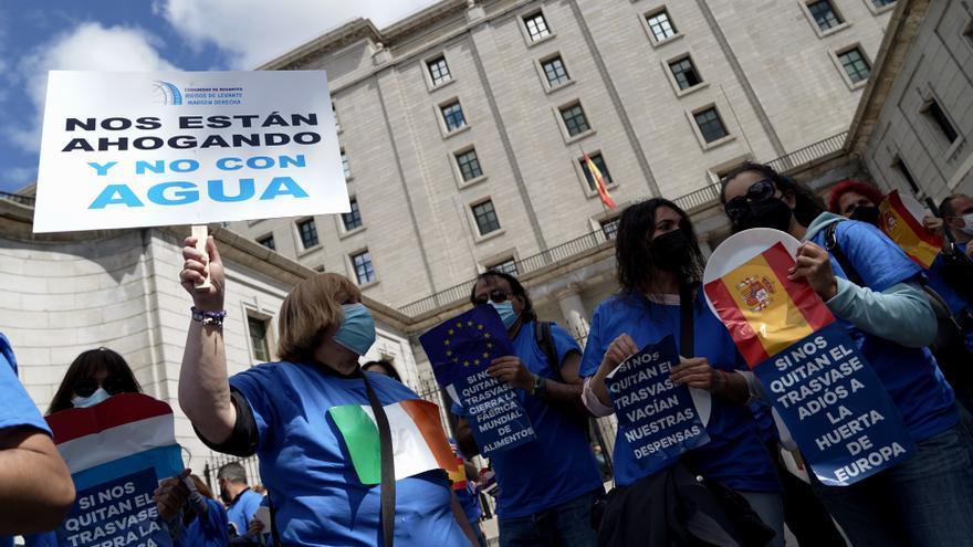 Decenas de regantes se concentran en Madrid contra los recortes del trasvase Tajo-Segura