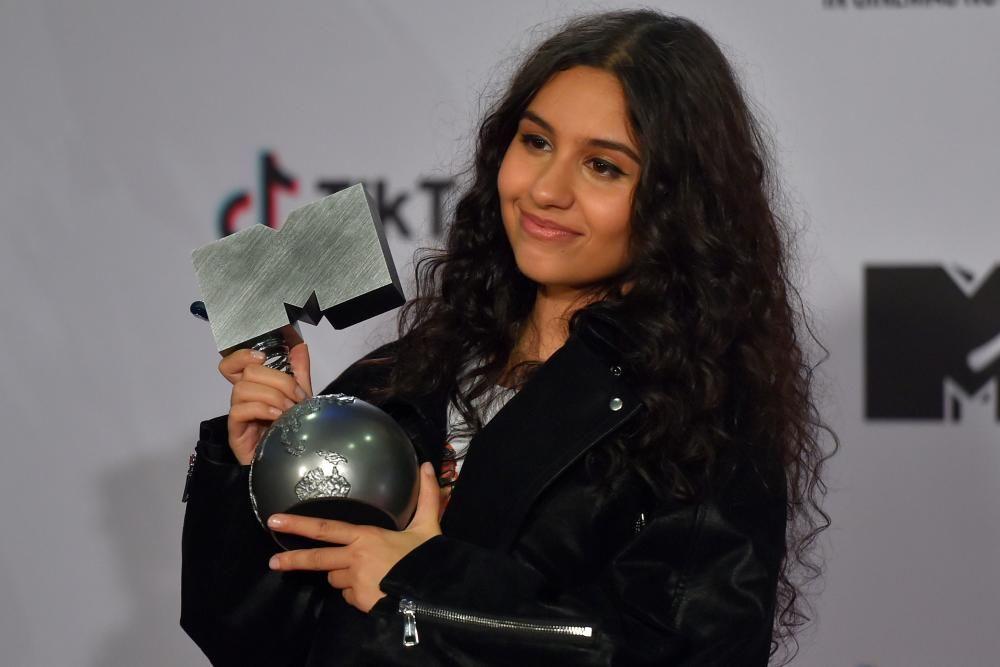 La cantante y compositora canadiense Alessia Cara, posa tras ser galardonada con el premio a Mejor Actuación. Photo by ANDER GILLENEA / AFP