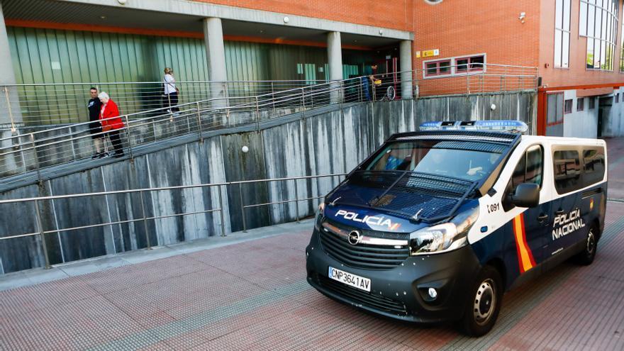 Detienen a tres rumanos cuando robaban una rueda de un coche estacionado en Oviedo