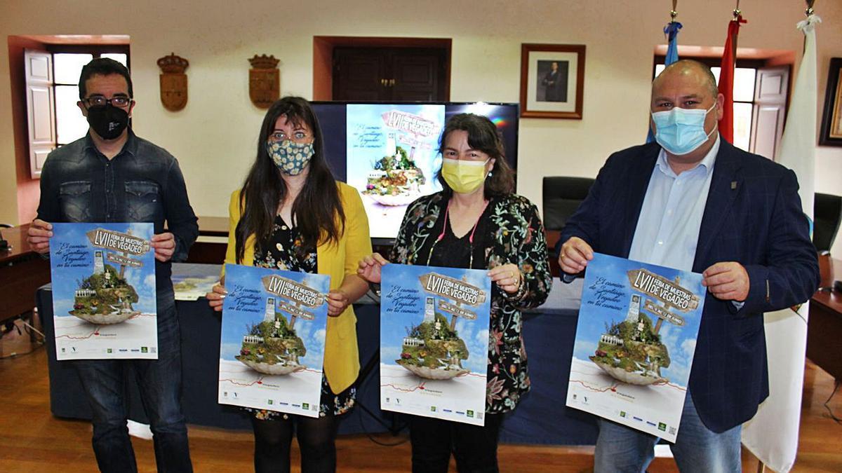 Por la izquierda, José Antonio Pasarón, Almudena Cuervo, Dora Álvarez y César Álvarez, con el cartel de 2022. | T. C.