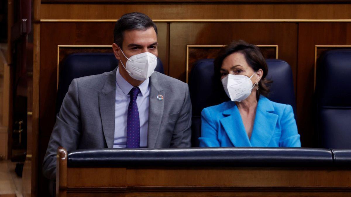 Pedro Sánchez y Carmen Calvo, el pasado 13 de mayo en la sesión de control.
