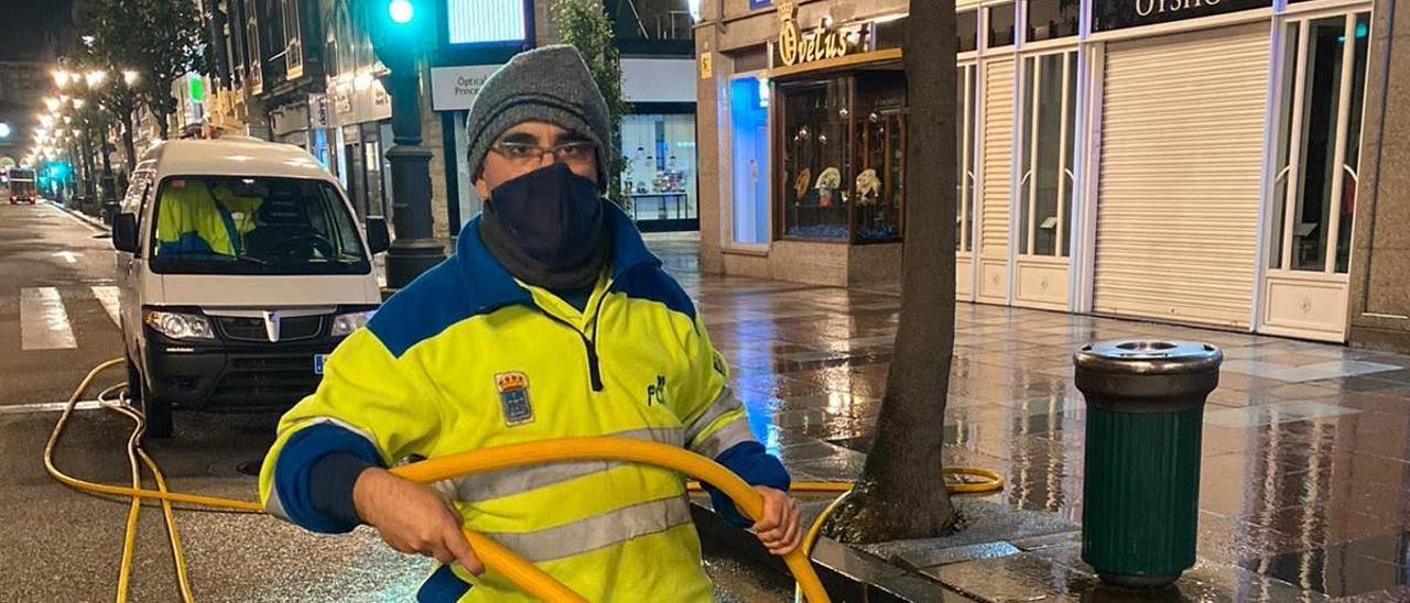 Gerardo Seixas baldeando la calle Uría.