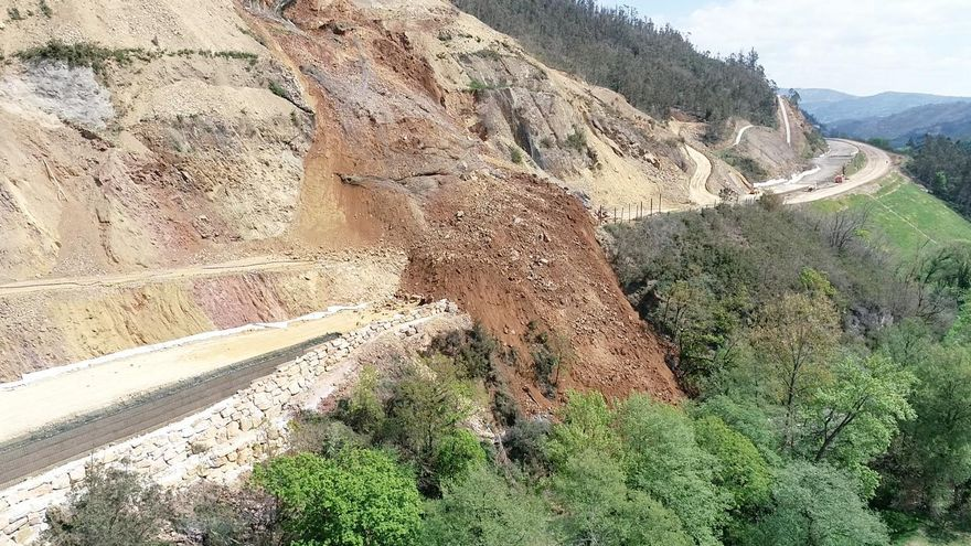 El Ministerio de Transportes recibirá mañana el informe de Carreteras sobre el argayo de Salas