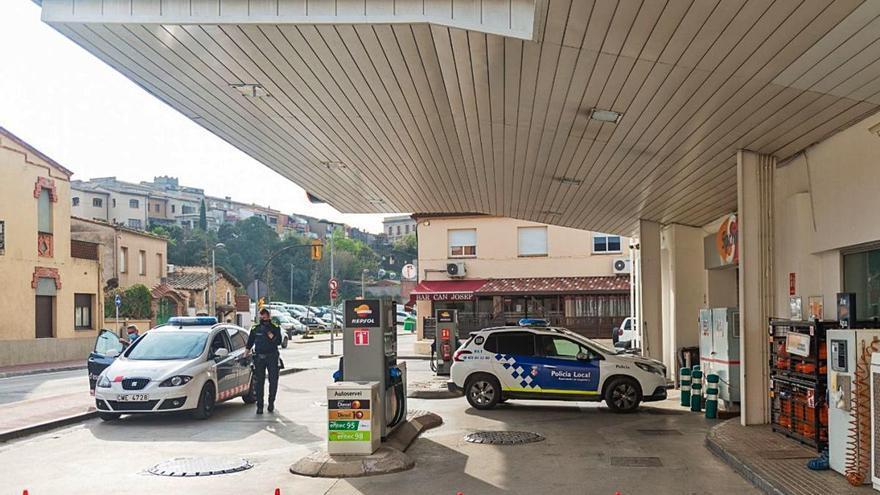 Un home atraca a punta de pistola i a plena llum del dia una gasolinera de Llagostera