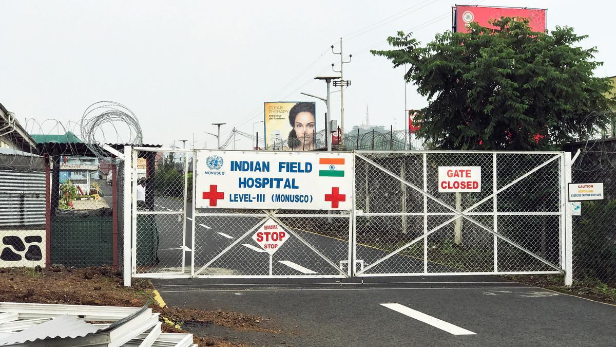 Vista general de la entrada cerrada al hospital de campaña donde ha sido trasladado el cuerpo del embajador.