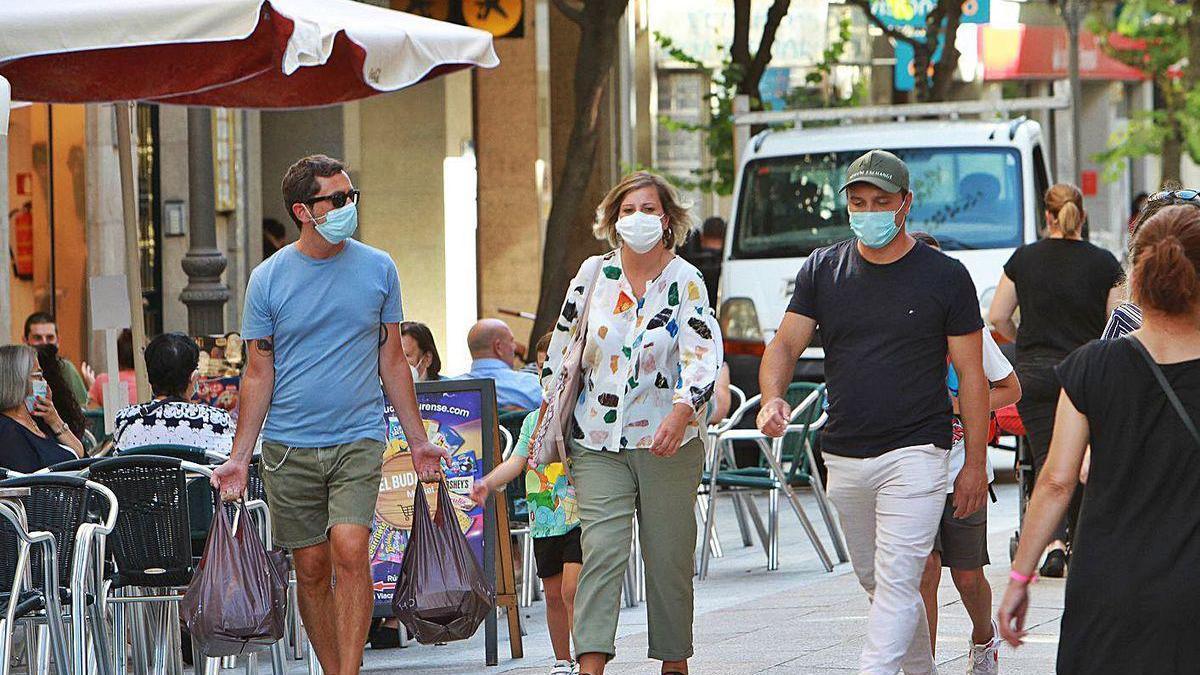 Un aspecto de la vida social, pero con mascarilla, por las calles de Ourense.