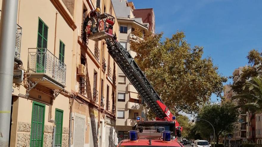 Los bomberos retiran los efectos de los okupas de la calle Manacor de Palma