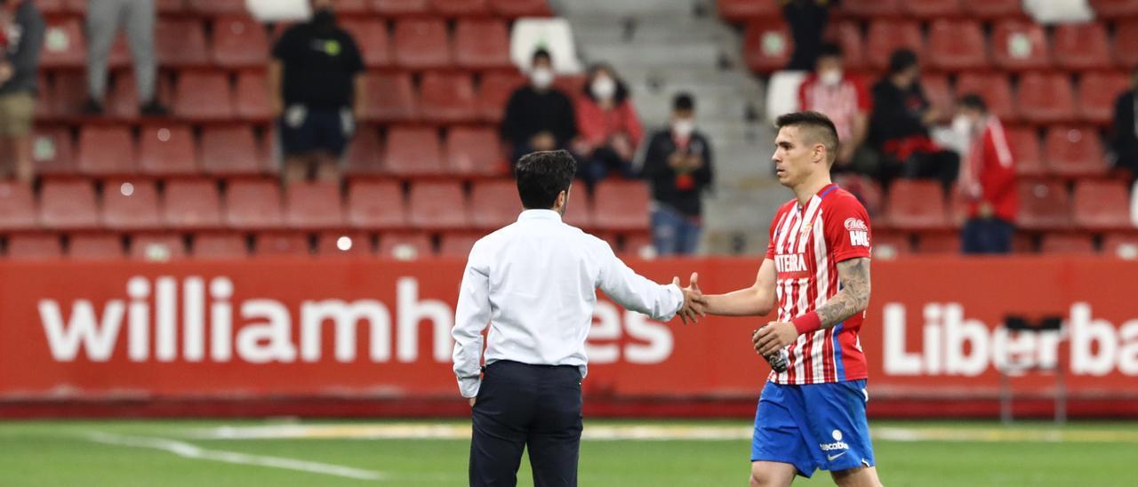 David Gallego saluda a Djuka al término del Sporting-Almería
