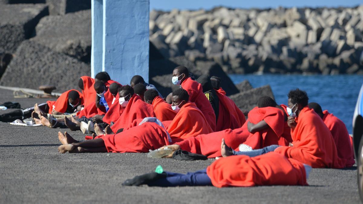 Parte de los 65 inmigrantes llegados en un cayuco a El Hierro este domingo por sus propios medios.