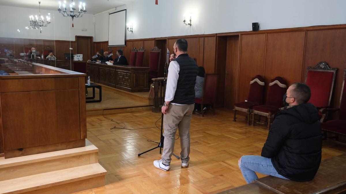El condenado, sentado, ayer en la vista oral en la Audiencia Provincial de Badajoz. De pie, junto al micrófono, la víctima.