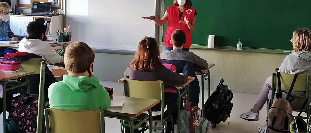 Itahisa Collado, durante las clases de repaso a niños y niñas.   INFORMACIÓN