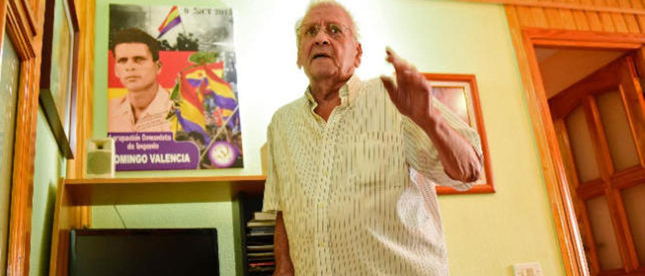 Domingo Valencia Santana, con una foto suya de 25 años usada el 15 de octubre en el homenaje de Ingenio.