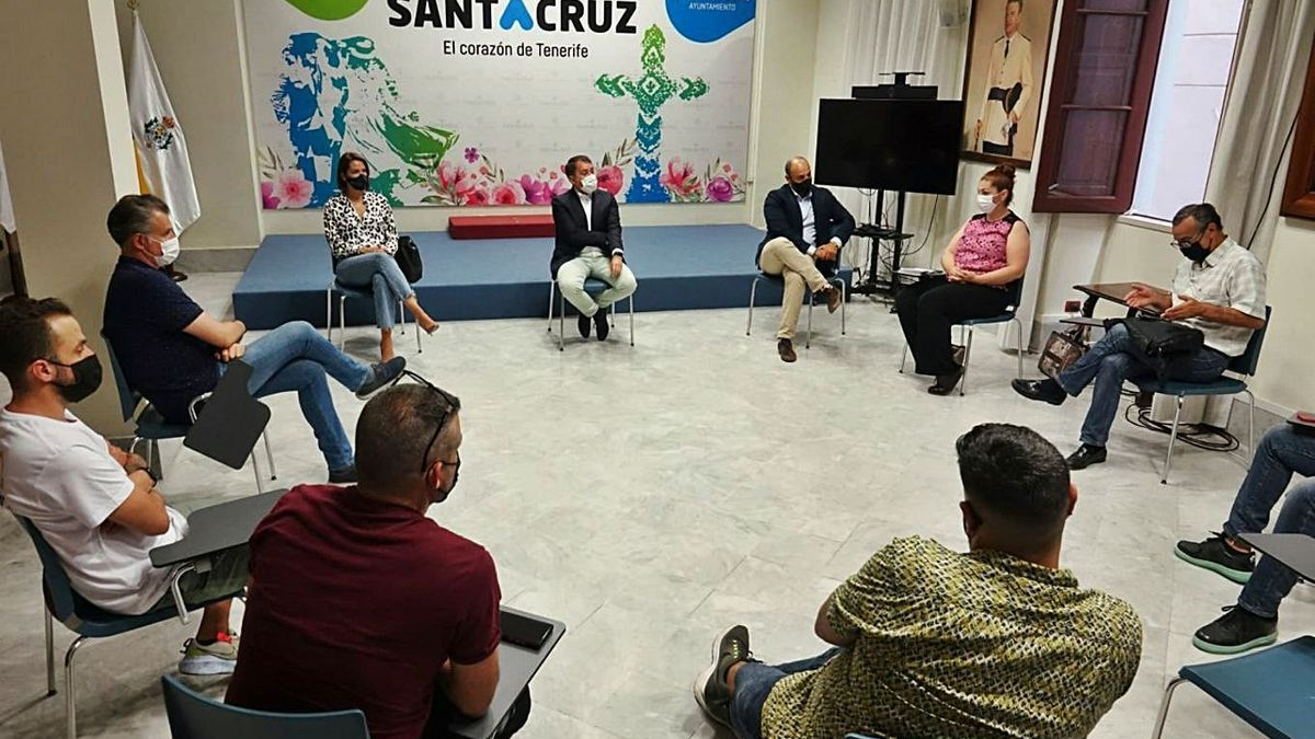 El alcalde de Santa Cruz informó a empresarios hosteleros y de restauración de la reunión del teatro Leal.