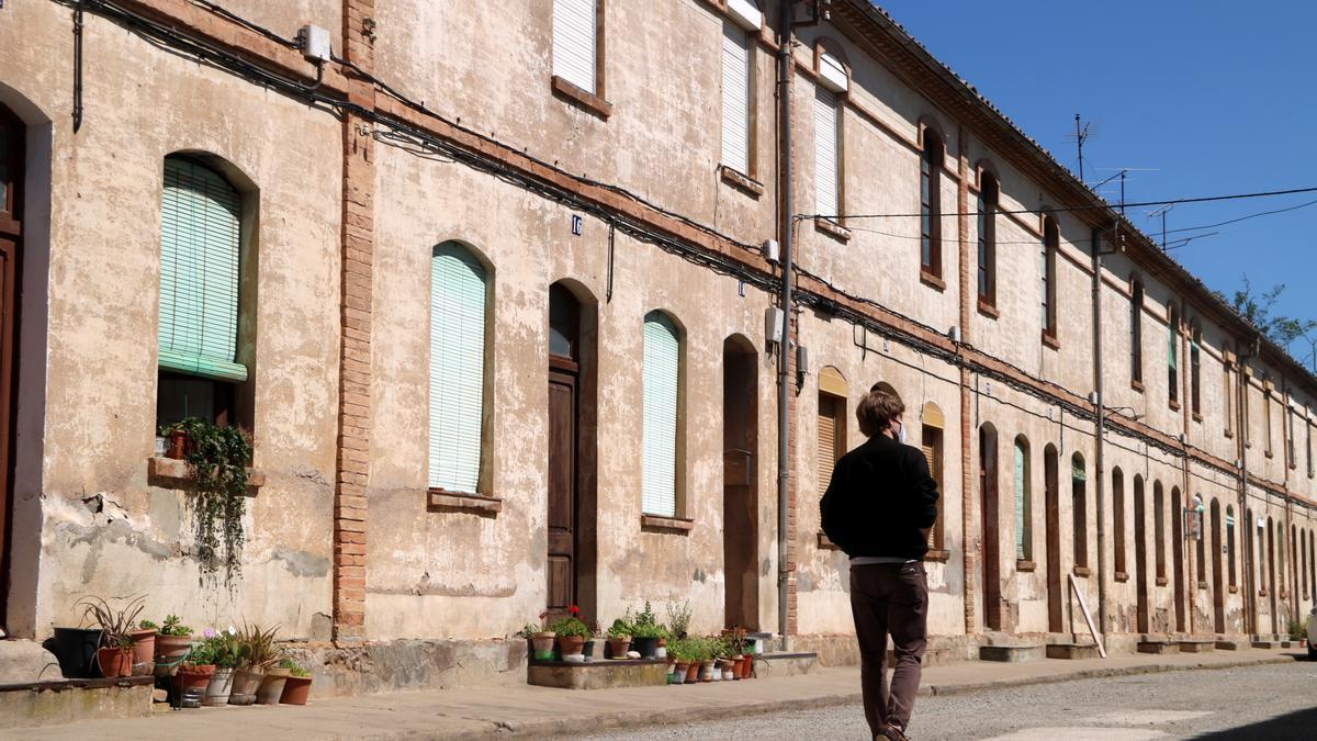 La colònia Vidal de Puig-reig, amb un veí passejant