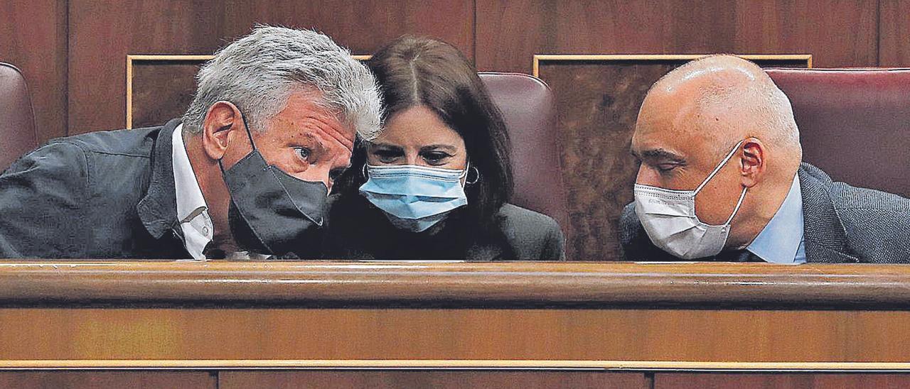 Pedro Quevedo, a la izquierda, durante el debate del proyecto de Presupuestos Generales del Estado para 2021 en el Congreo.