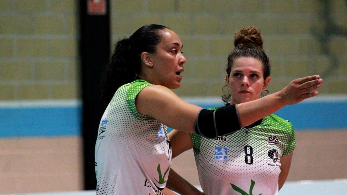 Flavia Lima, entrenadora-jugadora del Arroyo, da instrucciones a Annita del Nero.