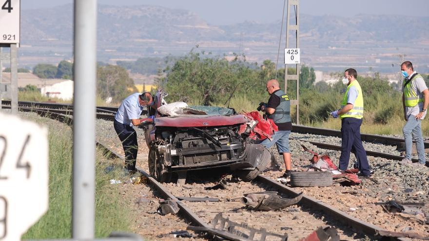 Cuatro fallecidos en un paso a nivel de Novelda al colisionar un tren y un coche
