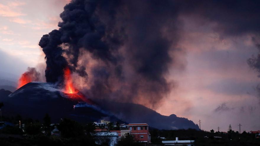 Directo | Una nueva boca se abre en la parte inferior del cono secundario del volcán