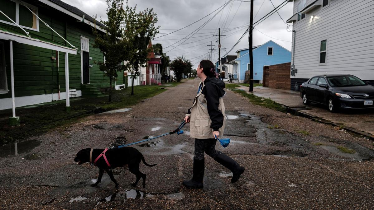 El huracán Ida se frena y aumenta su peligrosidad en su avance por Luisiana.